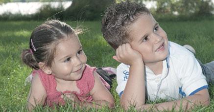 Mädchen und Junge auf einer Wiese